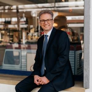 Frank Henning vor einem Schaufenster