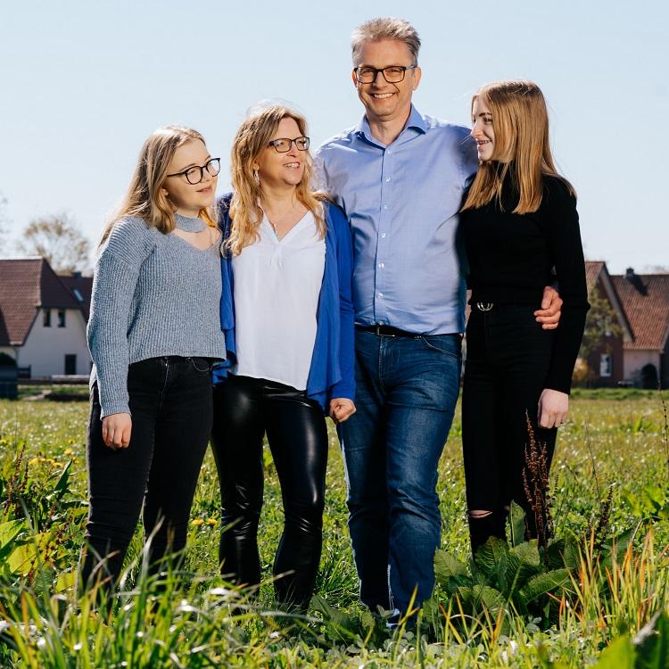 Frank Henning gemeinsam mit seiner Familie auf einer Wiese
