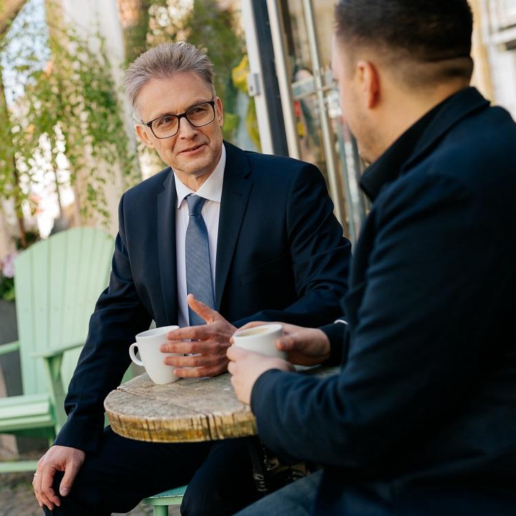 Frank Henning im Gespräch bei einem Kaffee