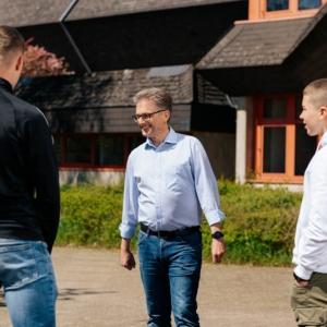 Frank Henning im Gespräch mit Schülern